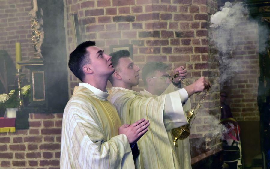 ksiądz szymon wawrzyńczak podczas mszy prymicyjnej