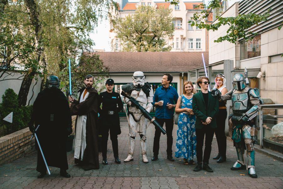 fani Gwiezdnych Wojen przed poznańskim kinem Rialto